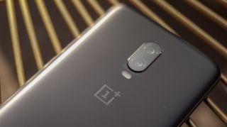 El OnePlus 6T también tiene una cámara de doble lente, pero las especificaciones difieren. Crédito de la imagen: LaComparacion