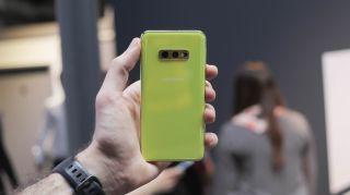 El vibrante Samsung Galaxy S10e. Crédito de la imagen: LaComparacion