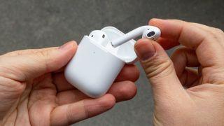 Apple Airpods vs Samsung Galaxy Buds