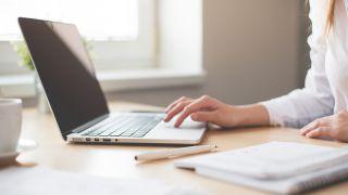 mujer leyendo en computadora