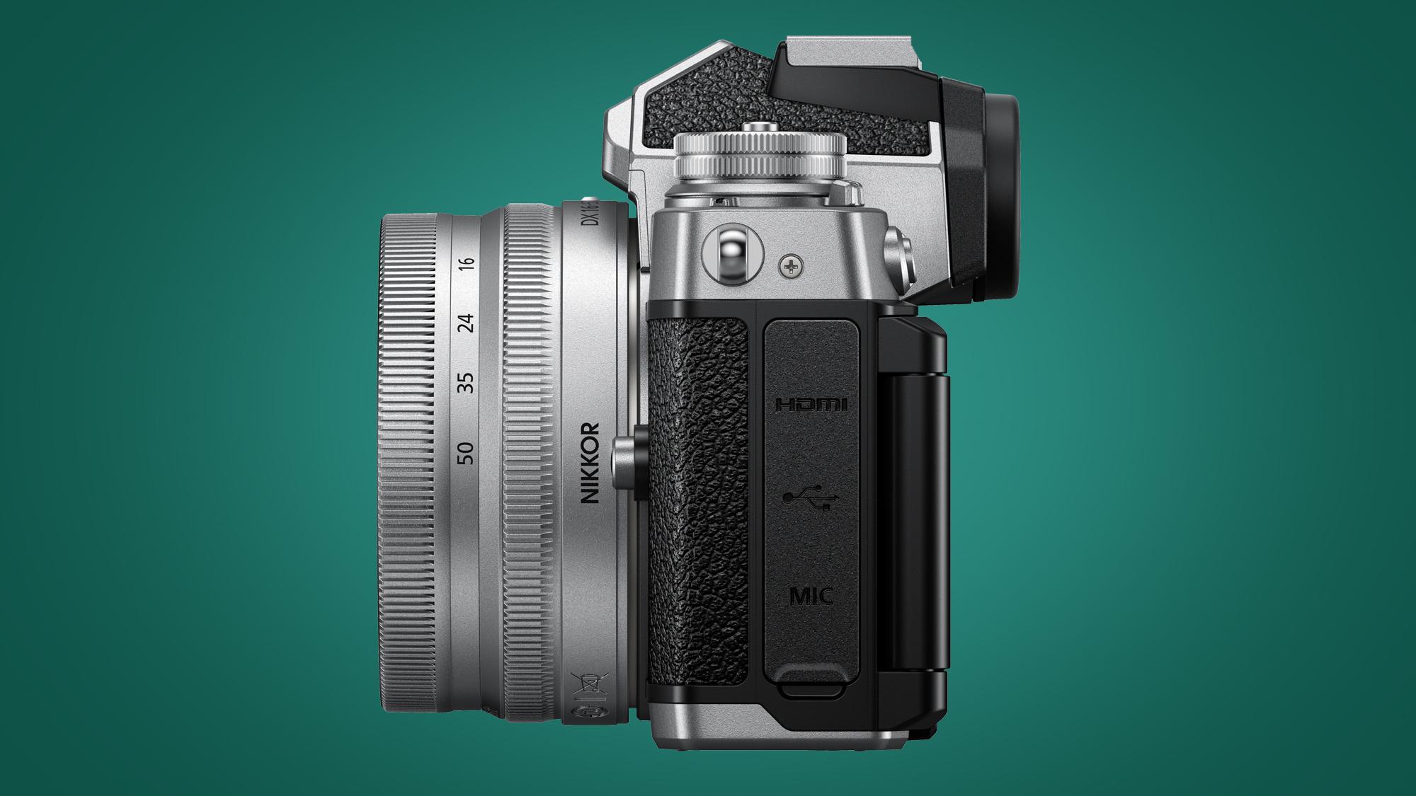 Imagen de los puertos Nikon Zfc en el lateral
