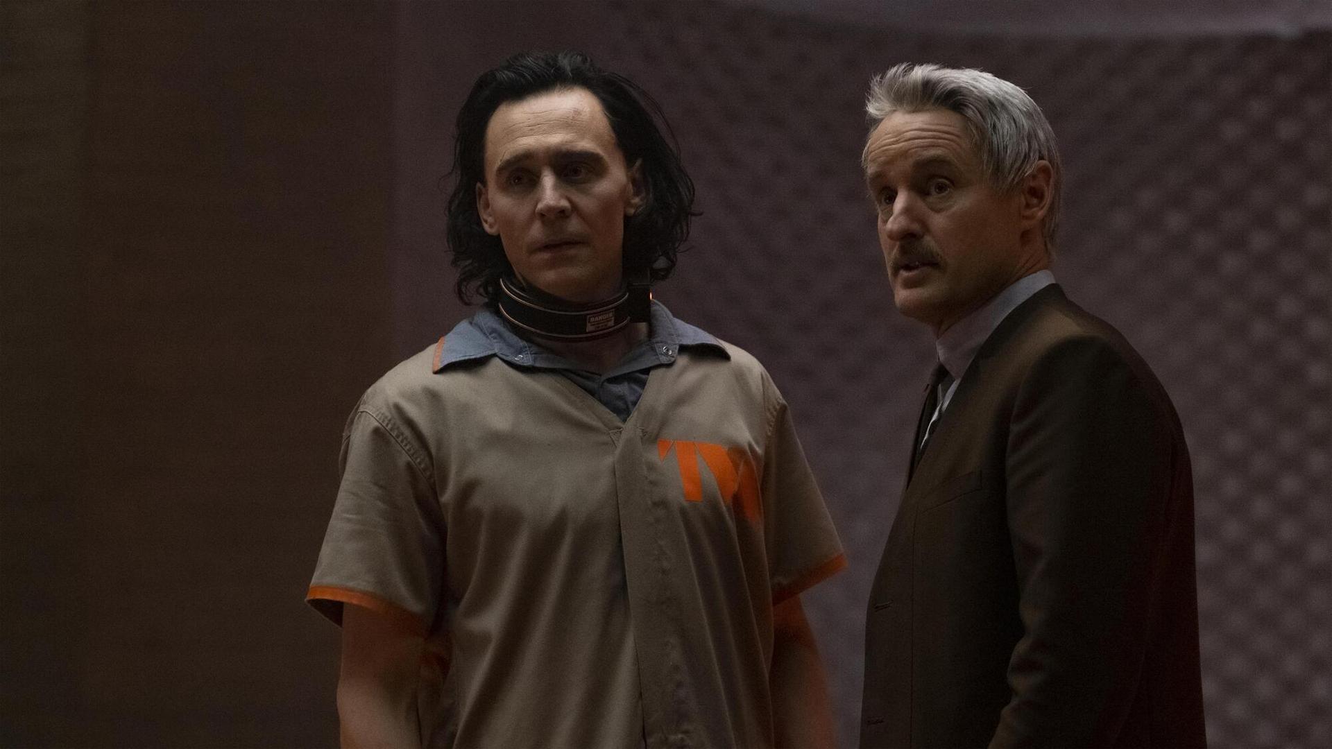 Mobius de Owen Wilson y Loki de Tom Hiddleston lo miran.