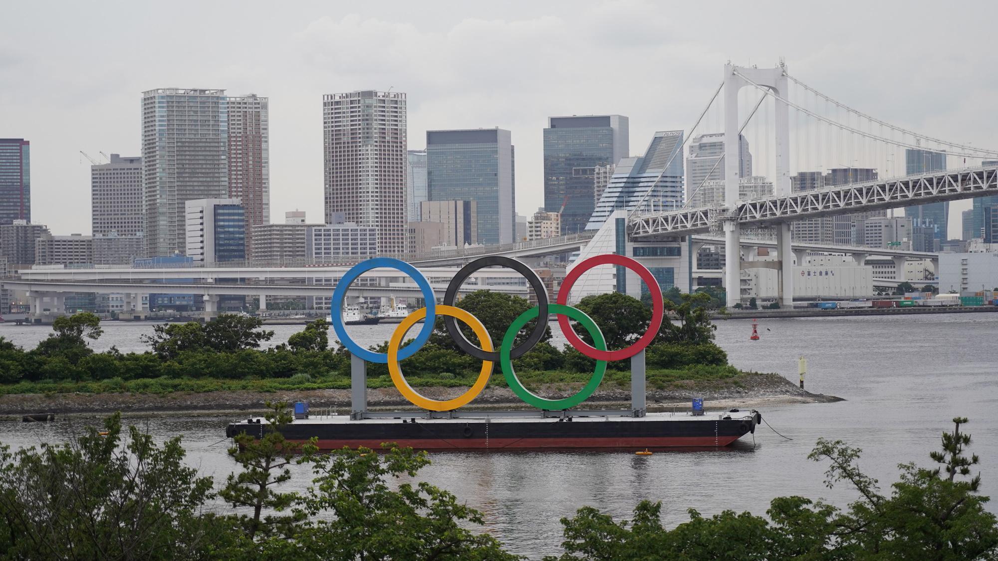 Los anillos olímpicos son exhibidos por el Parque Marino de Odaiba