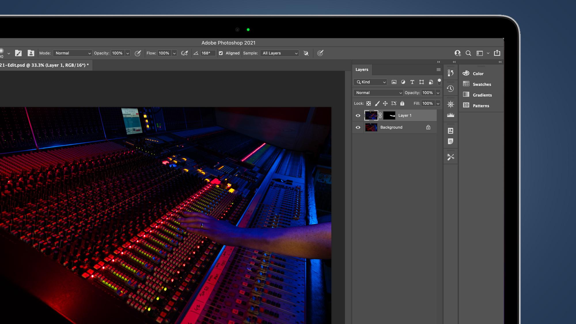 Pantalla de computadora portátil que muestra capas de Photoshop