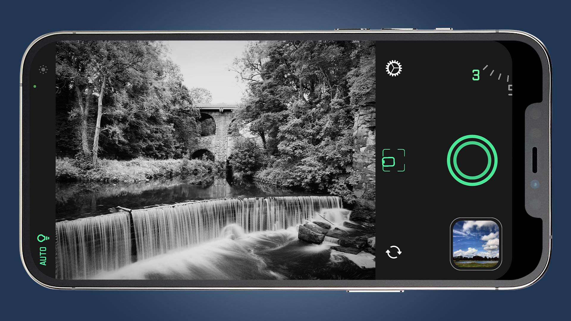 Un iPhone capturando una foto de larga exposición de una cascada