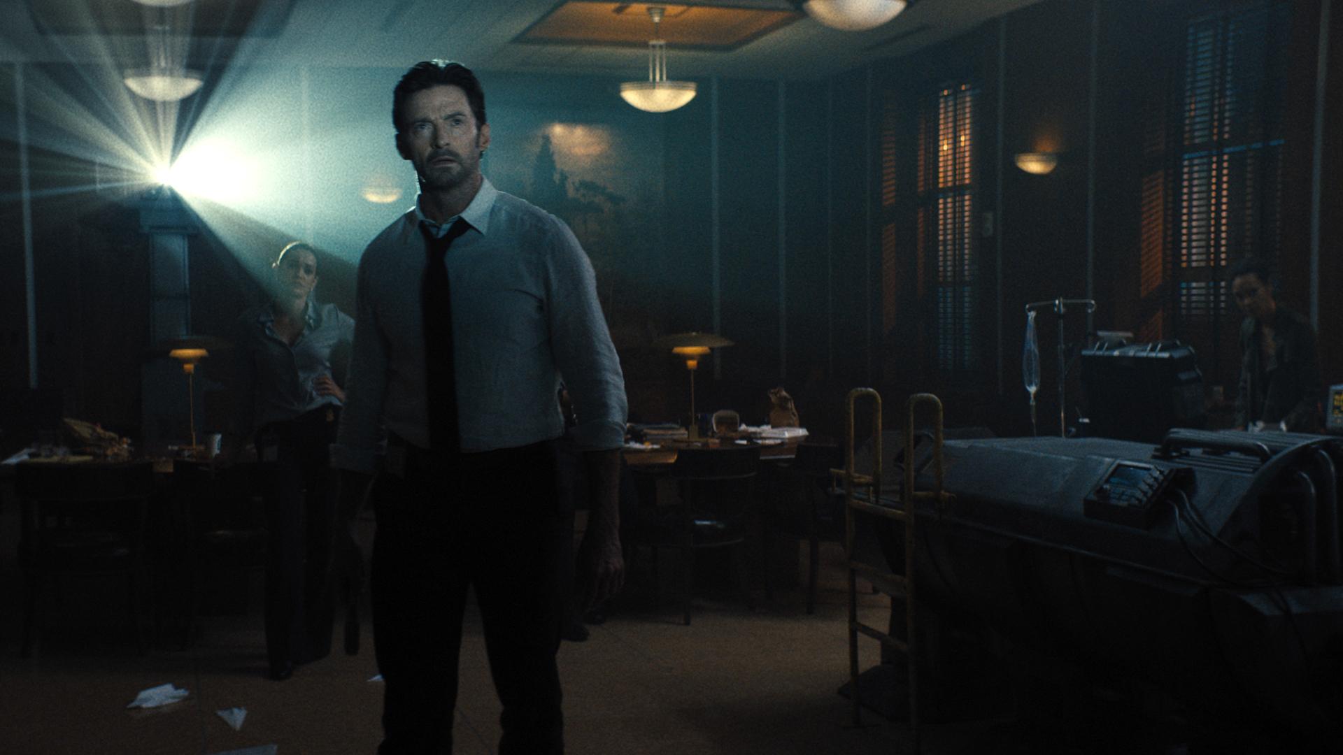 Nick Bannister parece sorprendido por lo que ve en la película de Warner Bros.  Reminiscencia