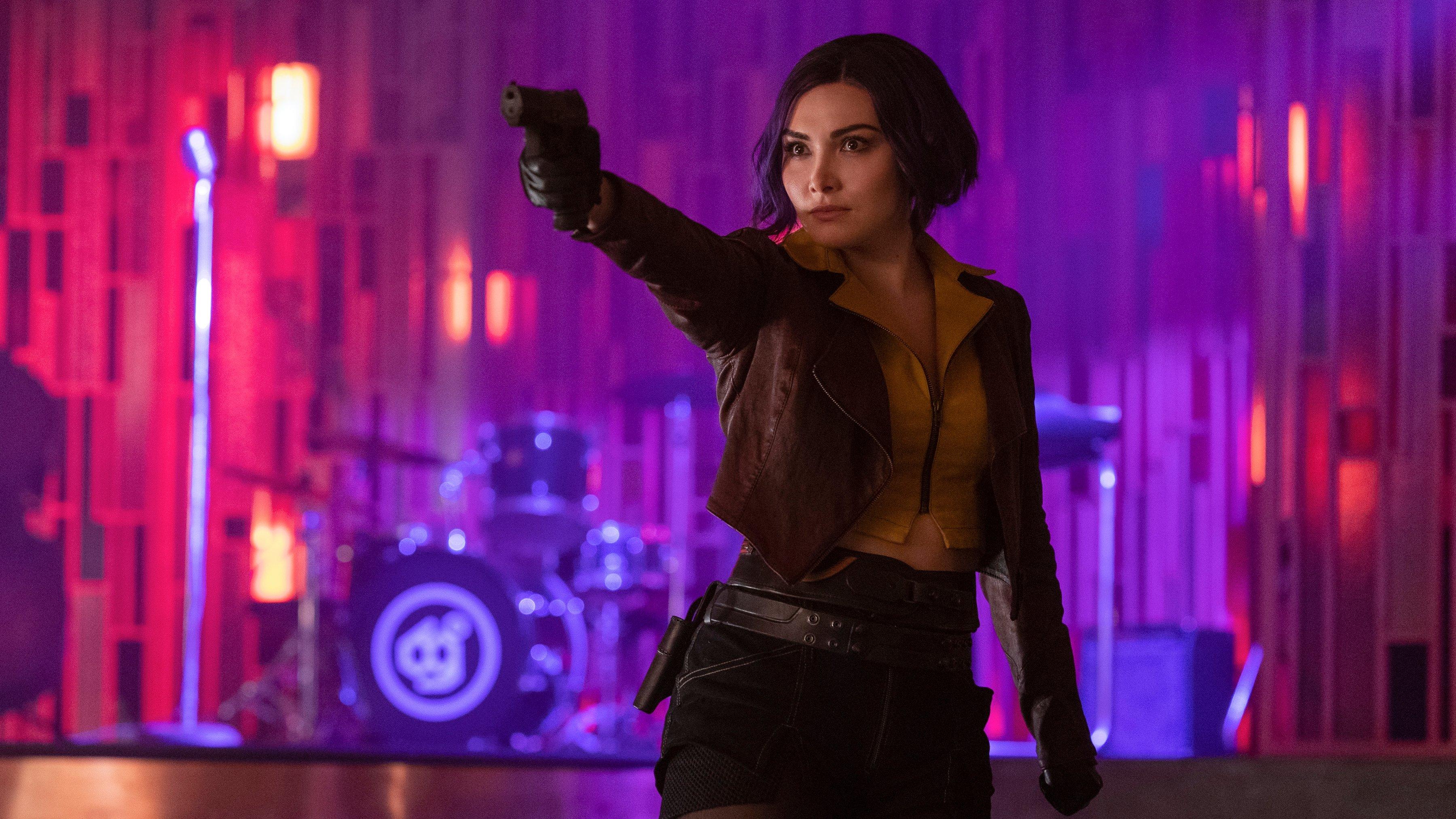Faye Valentine apuntando con un arma en la distancia
