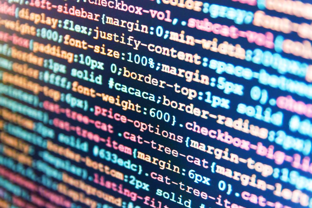 Captura de código en ángulo en la pantalla de la computadora