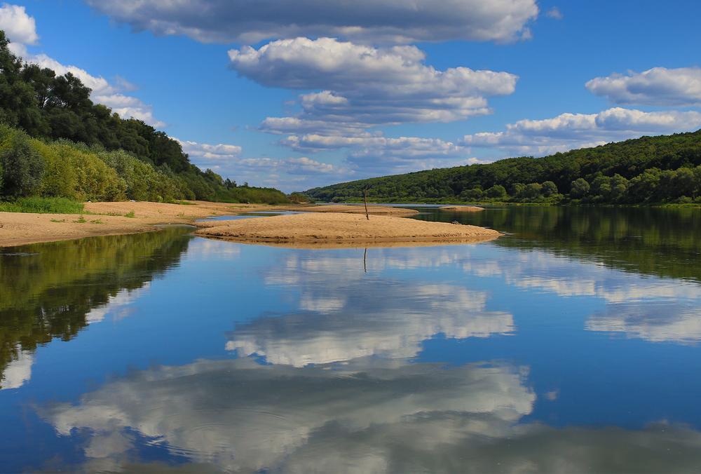 Nubes reflejadas en la superficie de un lago
