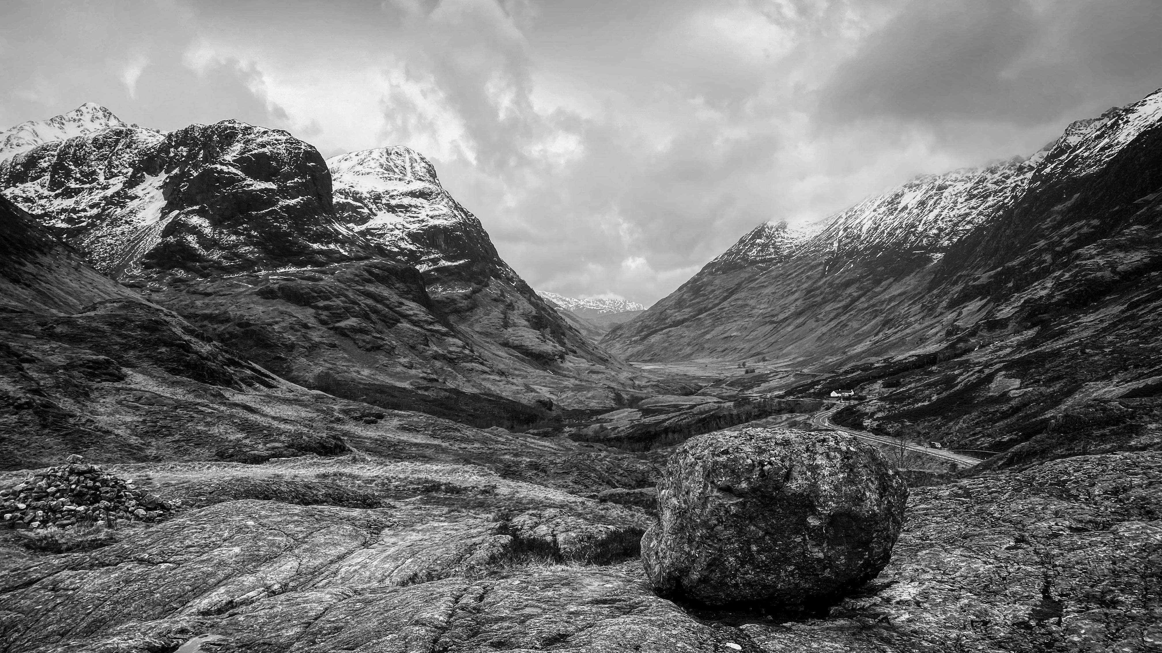 Una foto de paisaje de una montaña en blanco y negro.