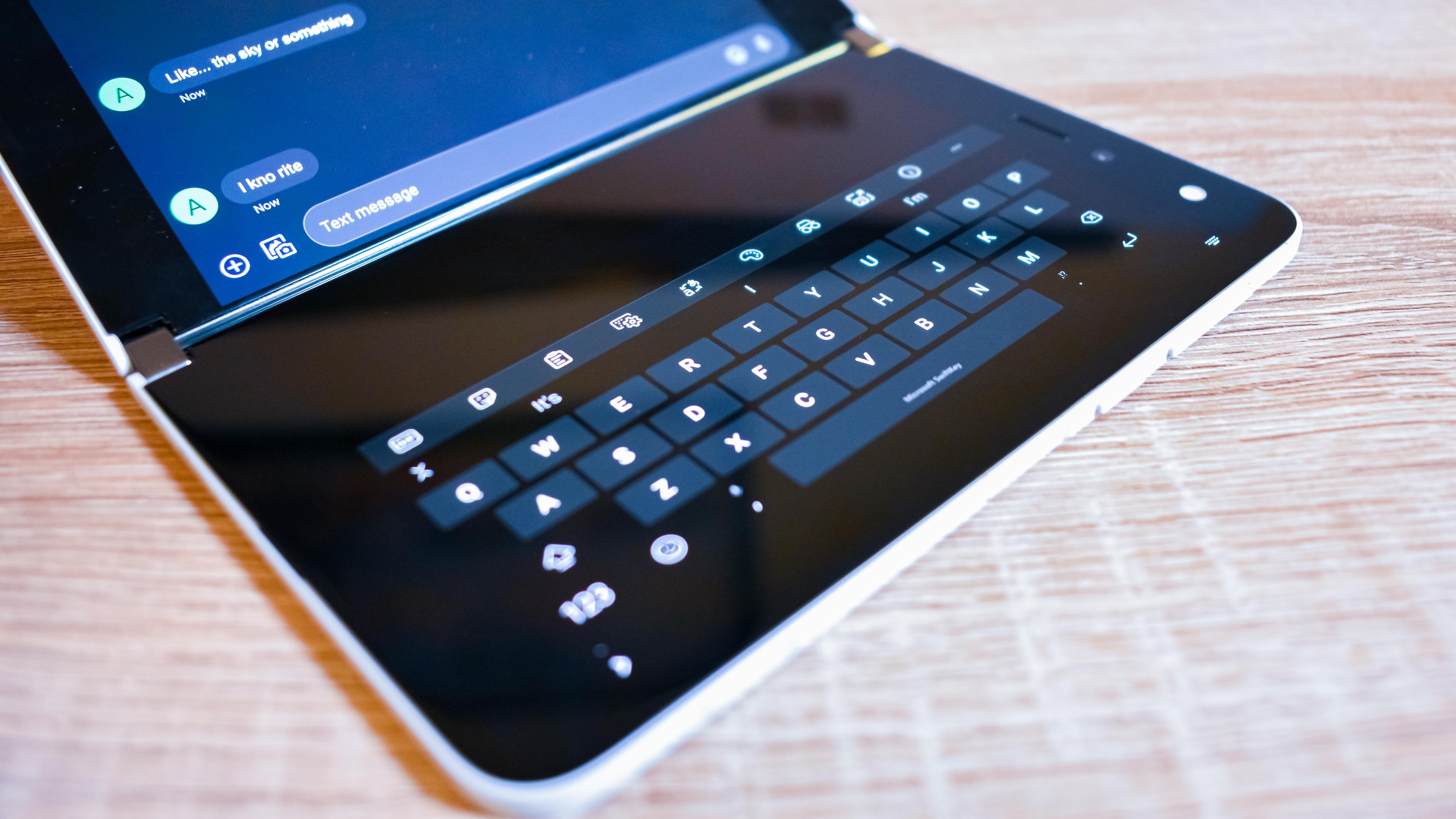 Primer plano de la mitad de Microsoft Surface Duo