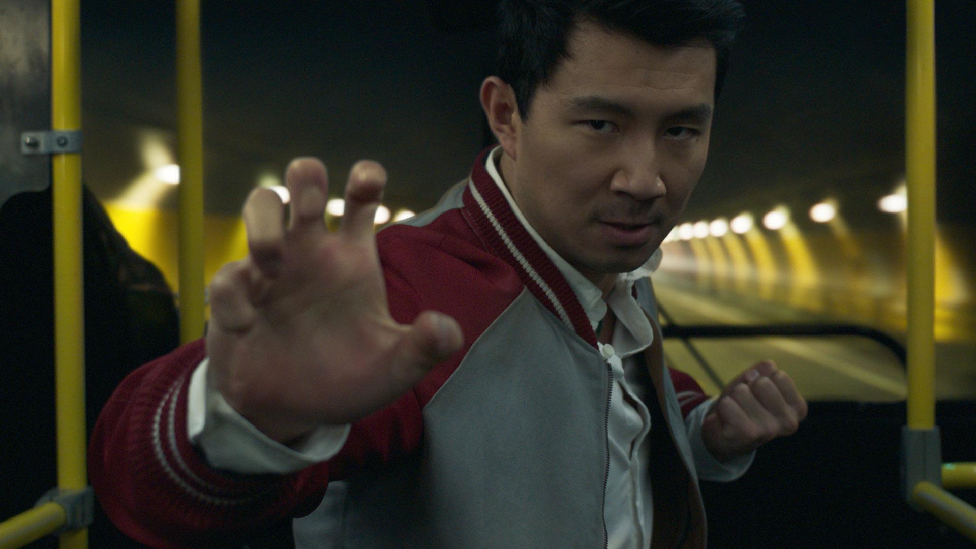Simu Liu como el personaje principal de Shang-Chi de Marvel y la Leyenda de los Diez Anillos.