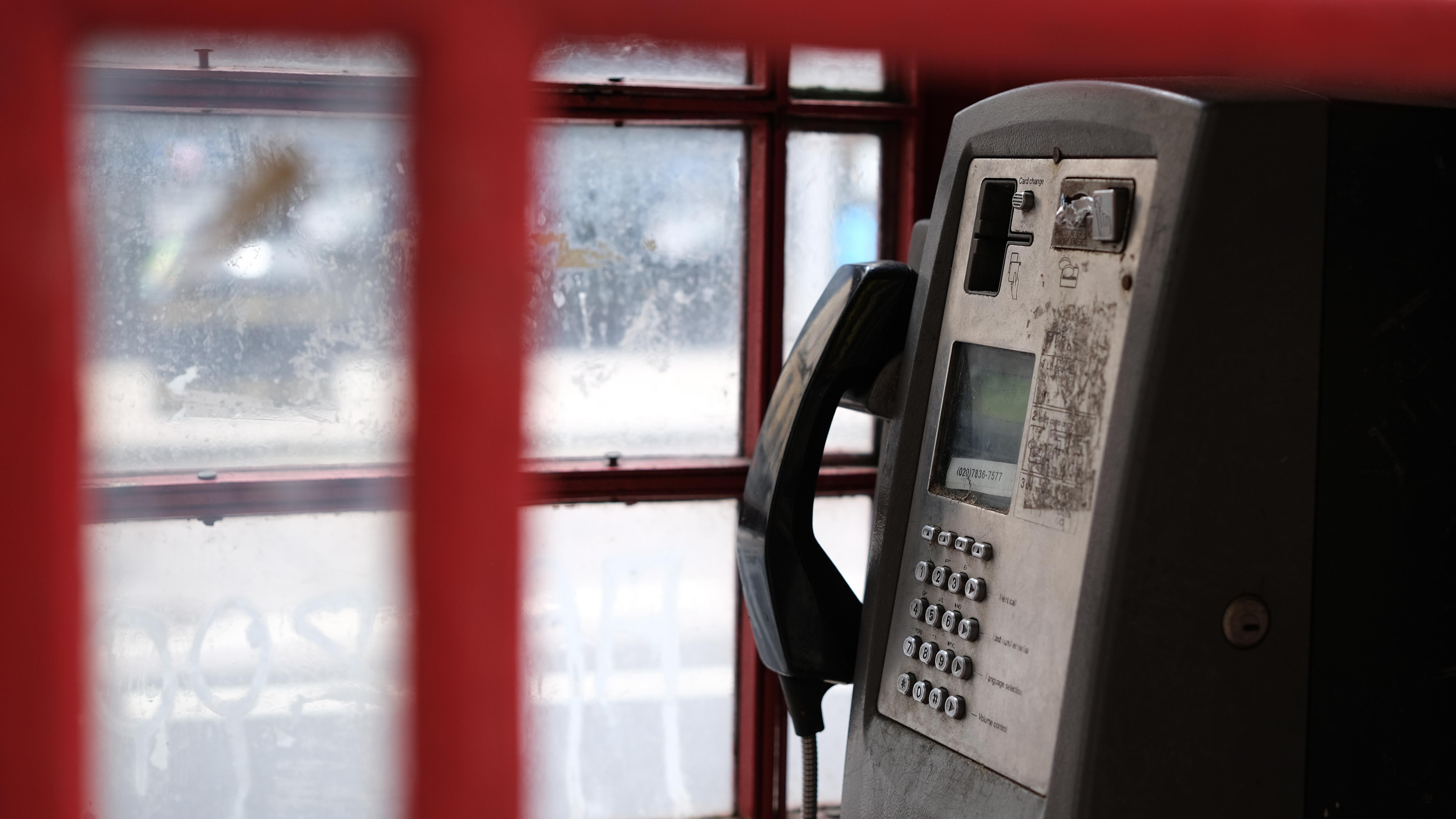 Una cabina telefónica en Trafalgar Square en Londres fotografiada con el objetivo Fujifilm XF33mm f / 1.4