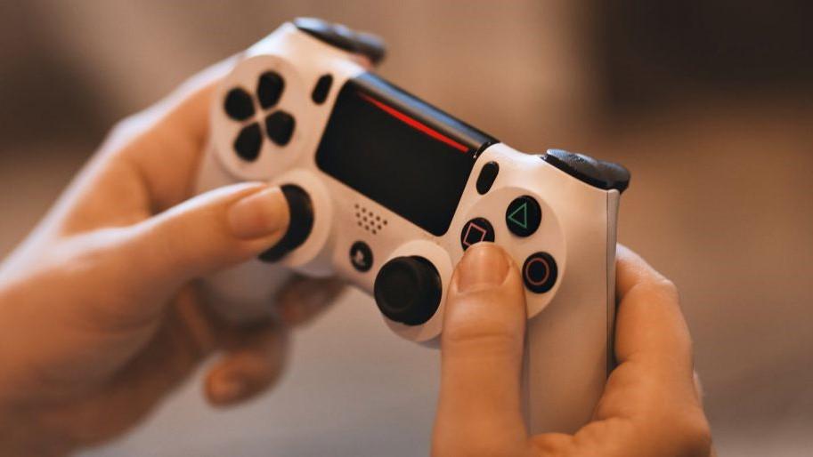 Dos controladores DualSense PS5 montados en una estación de carga