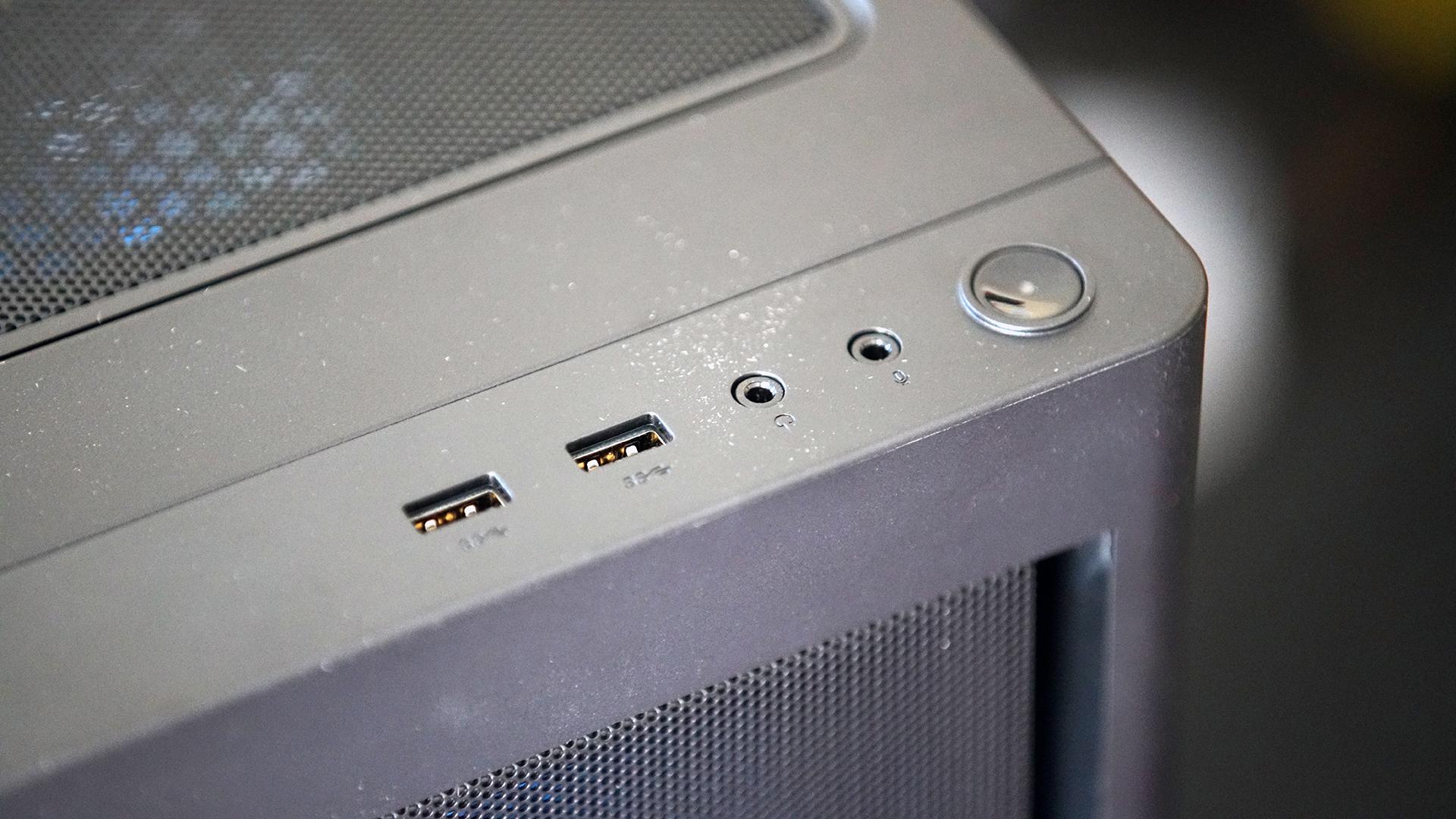 La parte superior y frontal de la carcasa Lenovo Legion 5i, que muestra los puertos frontales y el botón de encendido