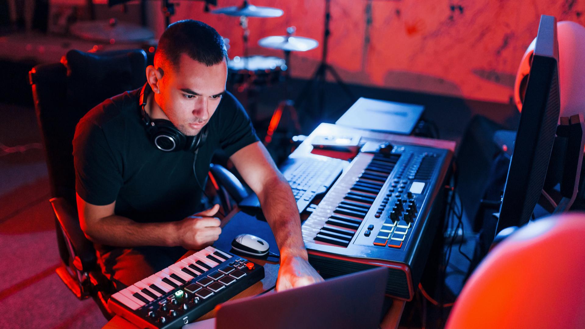 un productor de música de estudio