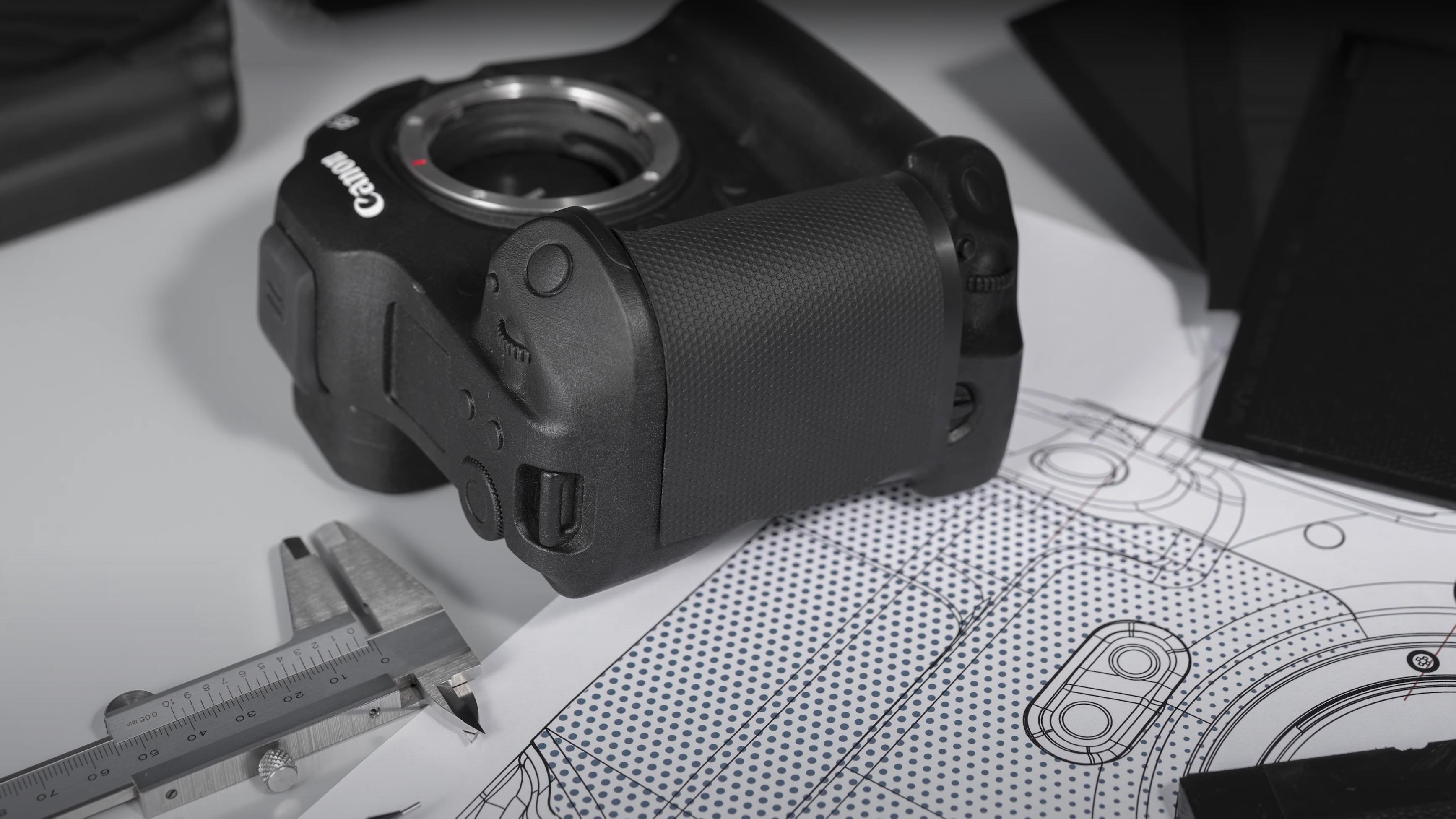 Un prototipo de la Canon EOS R3 sobre una mesa