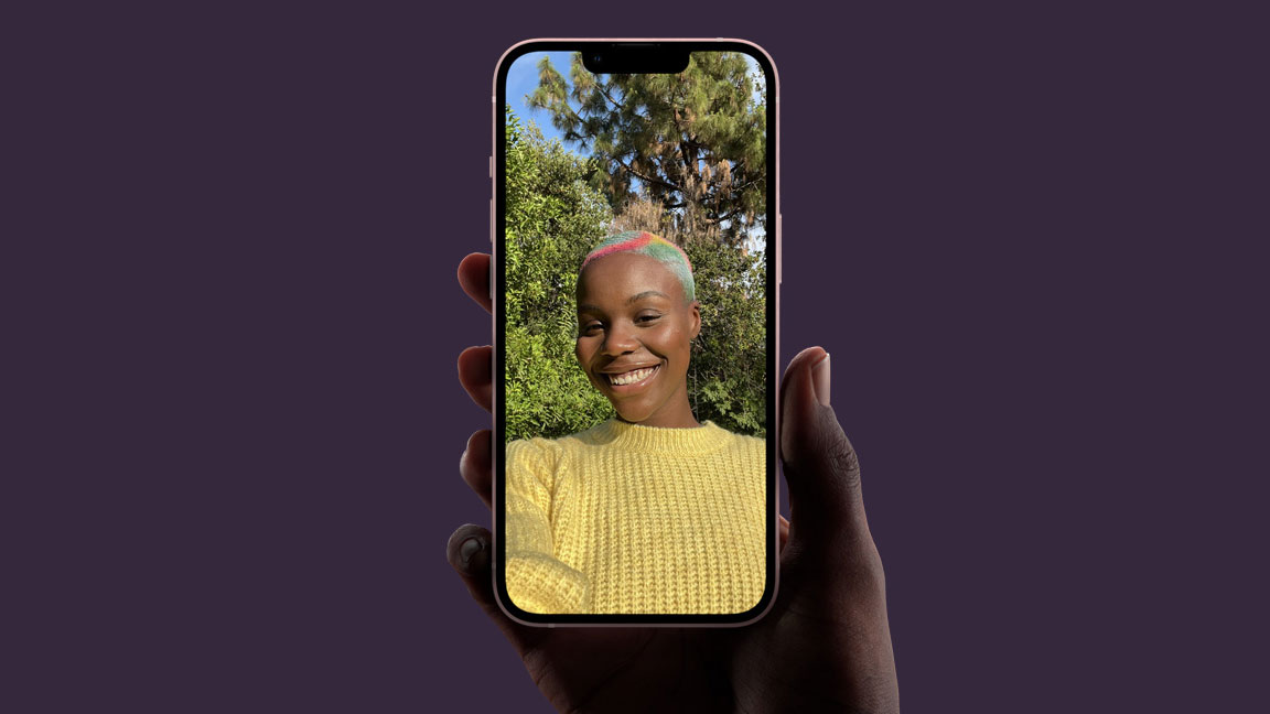 El teléfono se sostiene en la mano mientras el usuario se toma una selfie