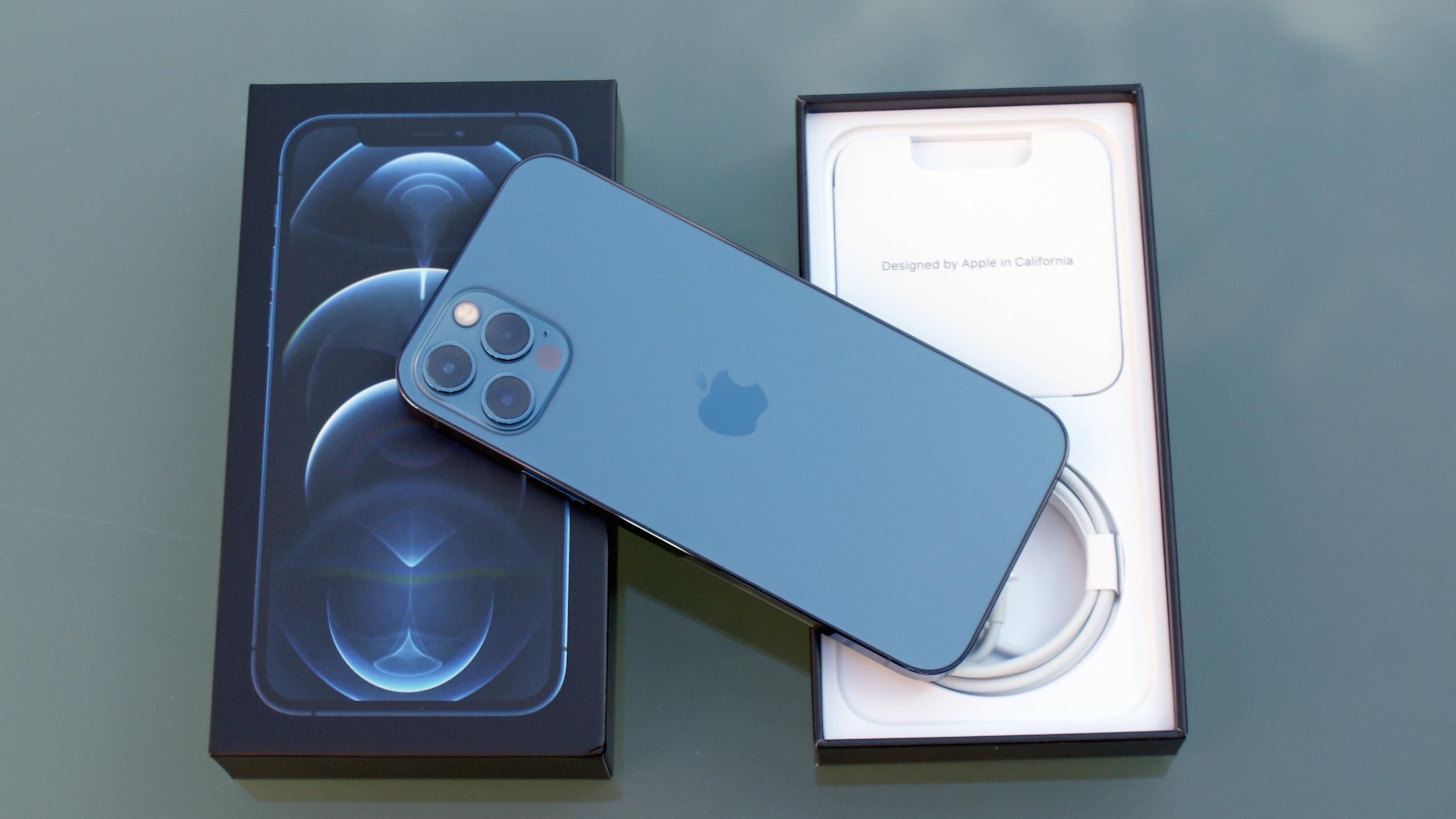 Un iPhone 12 Pro desde atrás, colocado en su caja