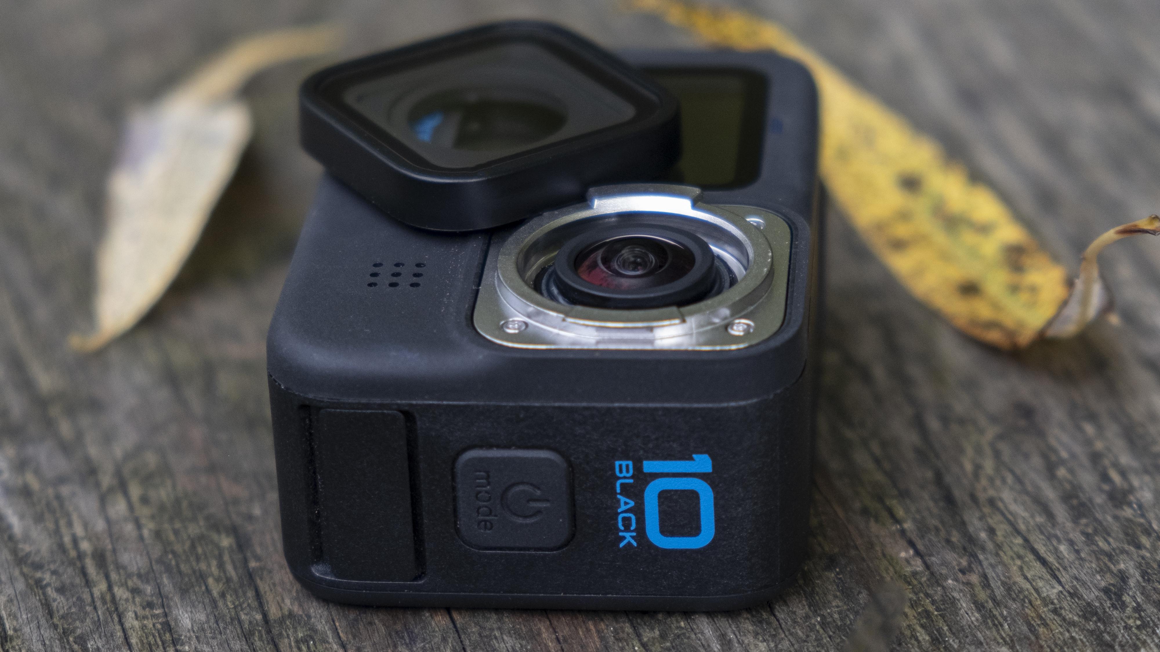 La cámara de acción GoPro Hero 10 Black apoyada en un banco de madera