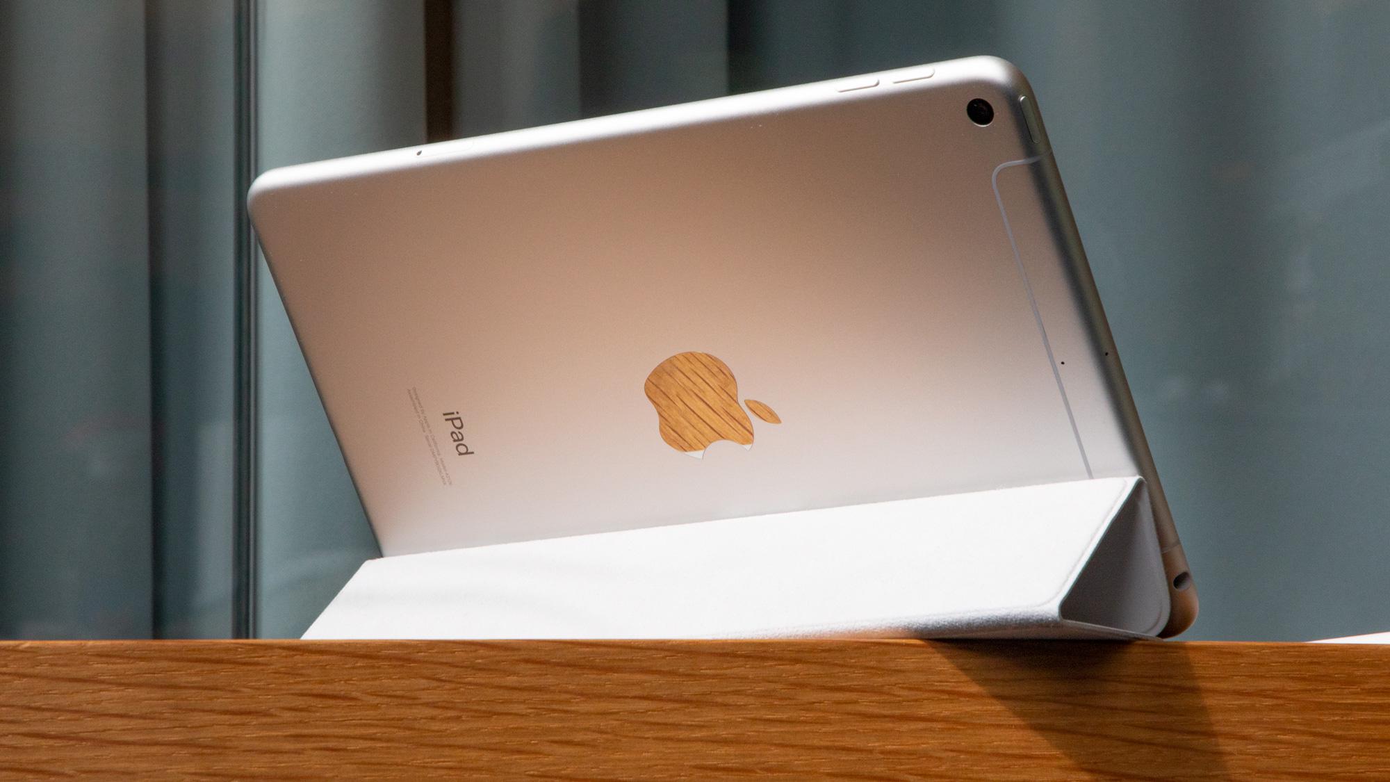 Un iPad mini (2019) visto desde atrás sobre una superficie de madera