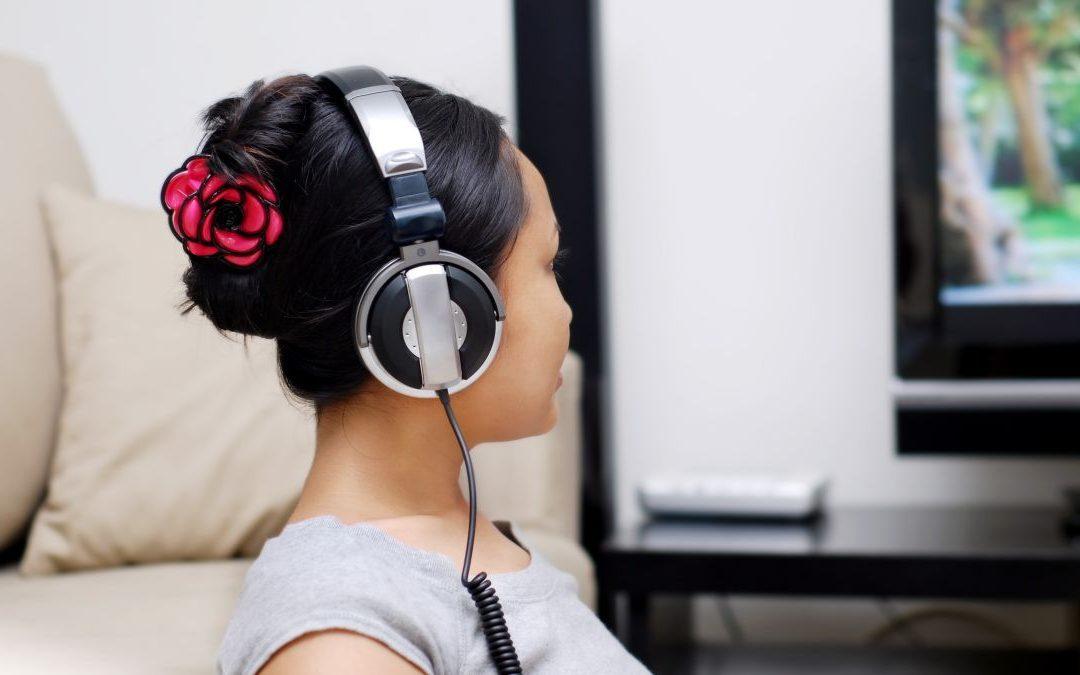 ¿Por qué razón los televisores inteligentes complican tanto la conexión a mis auriculares?