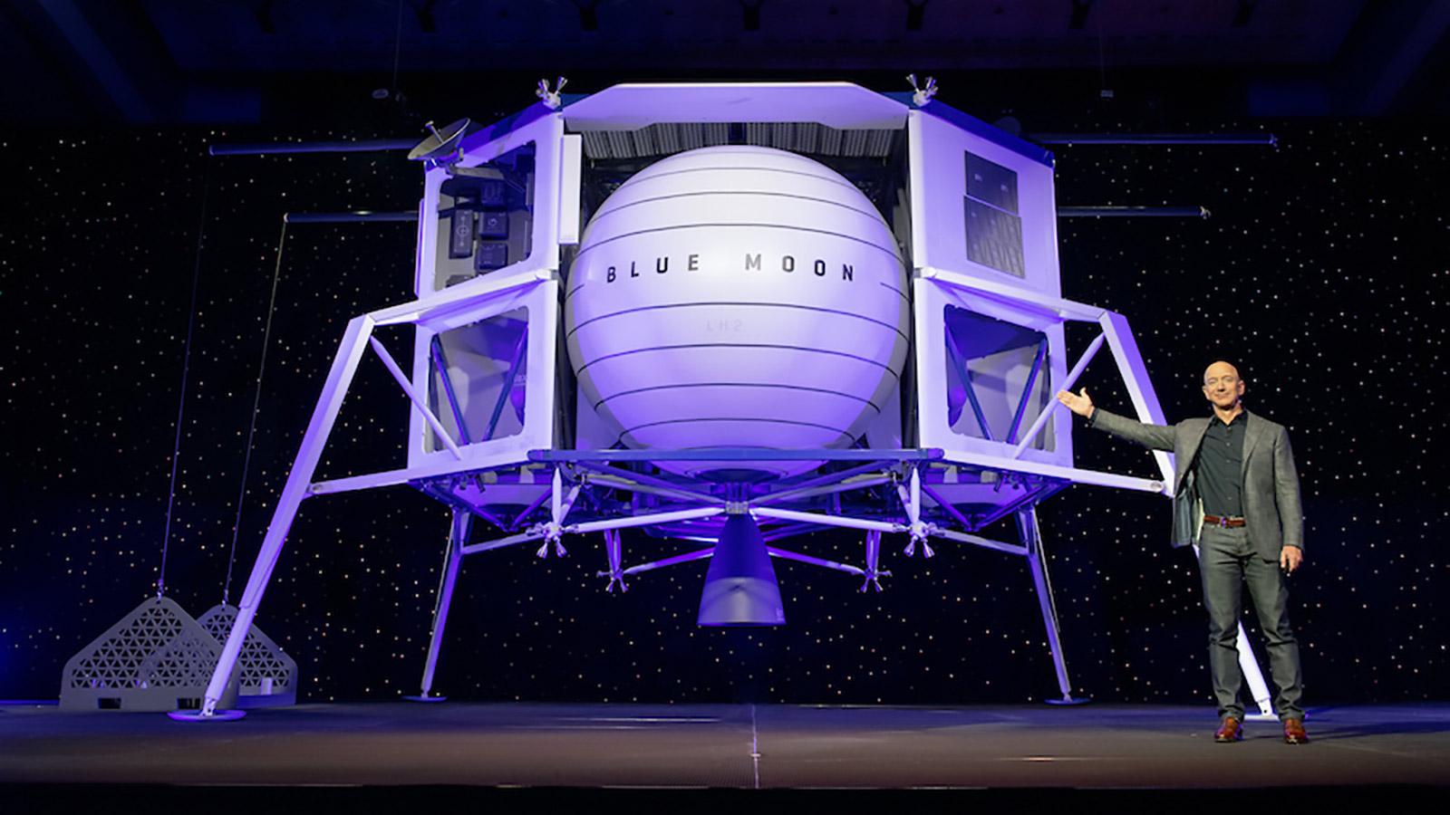 Jeff Bezos de pie junto a Blue Moon, el módulo de aterrizaje lunar ofrecido por Blue Origin