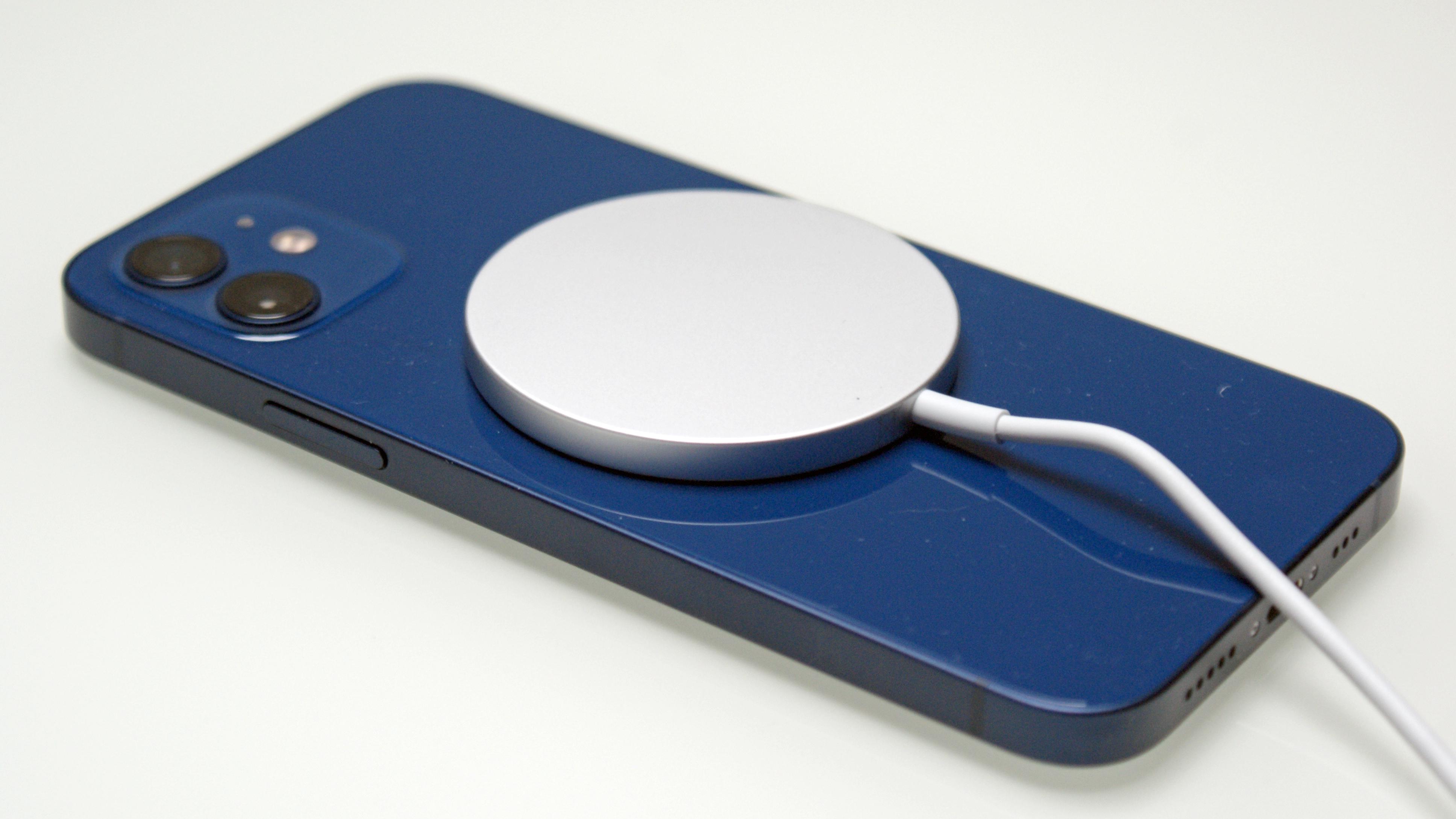 Un iPhone 12 con cargador inalámbrico