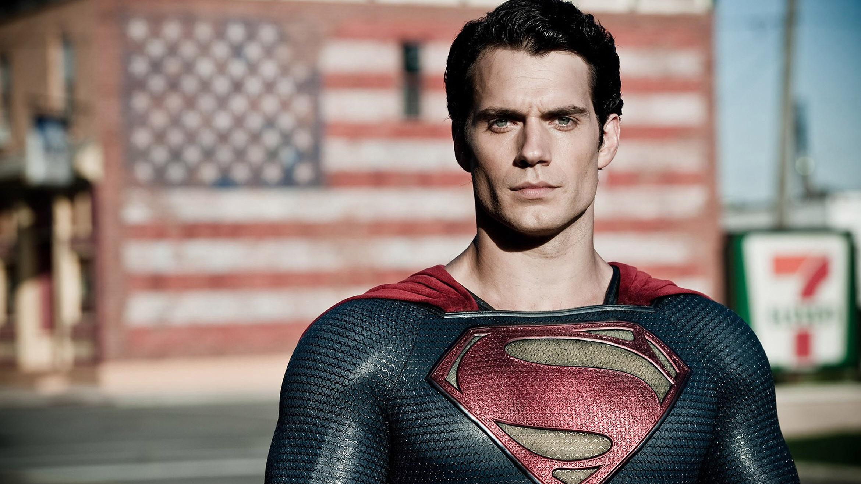 Henry Cavill como Clark Kent en El hombre de acero.