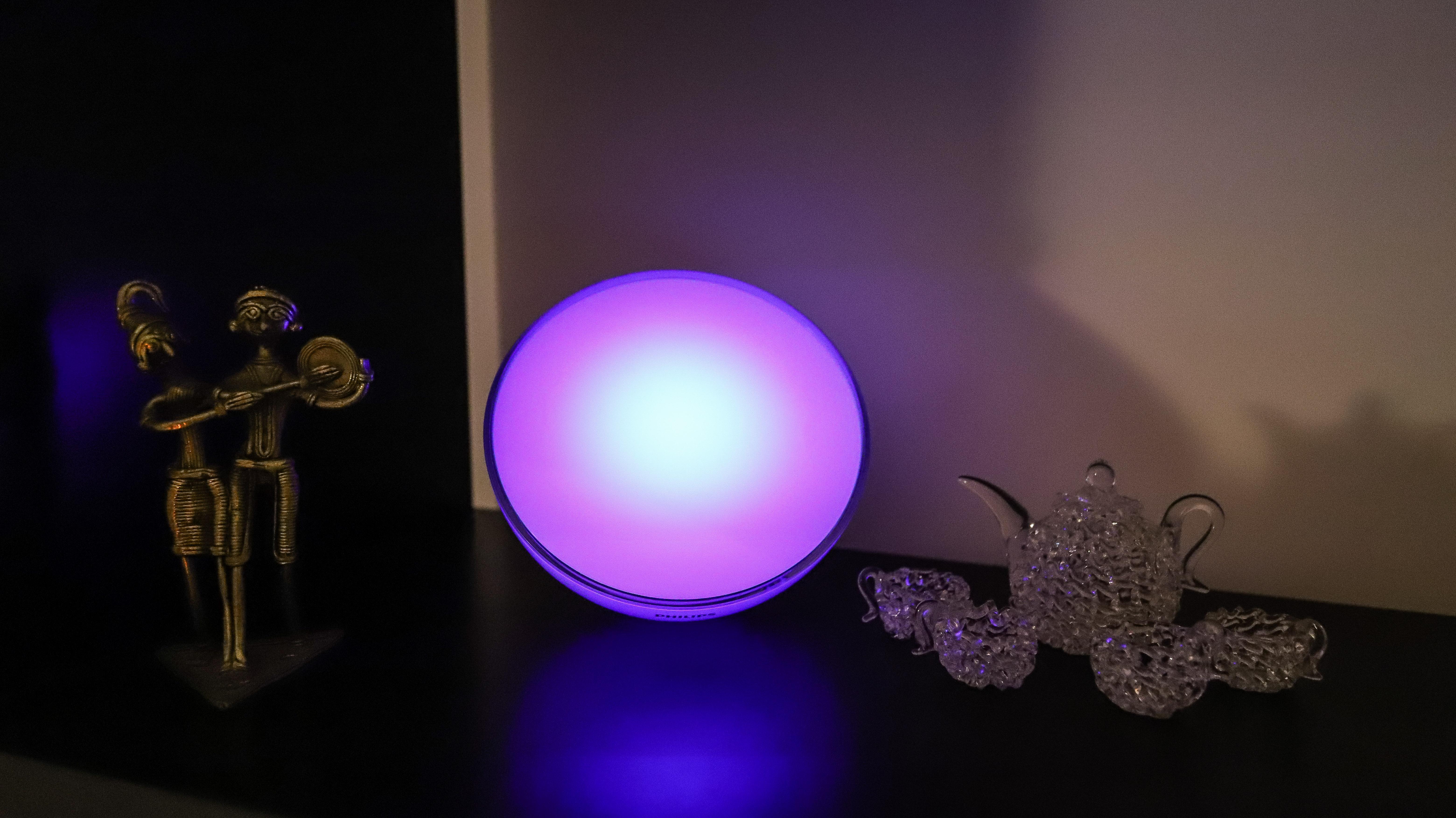 Philips Hue Go 2 con luz violeta en un estante