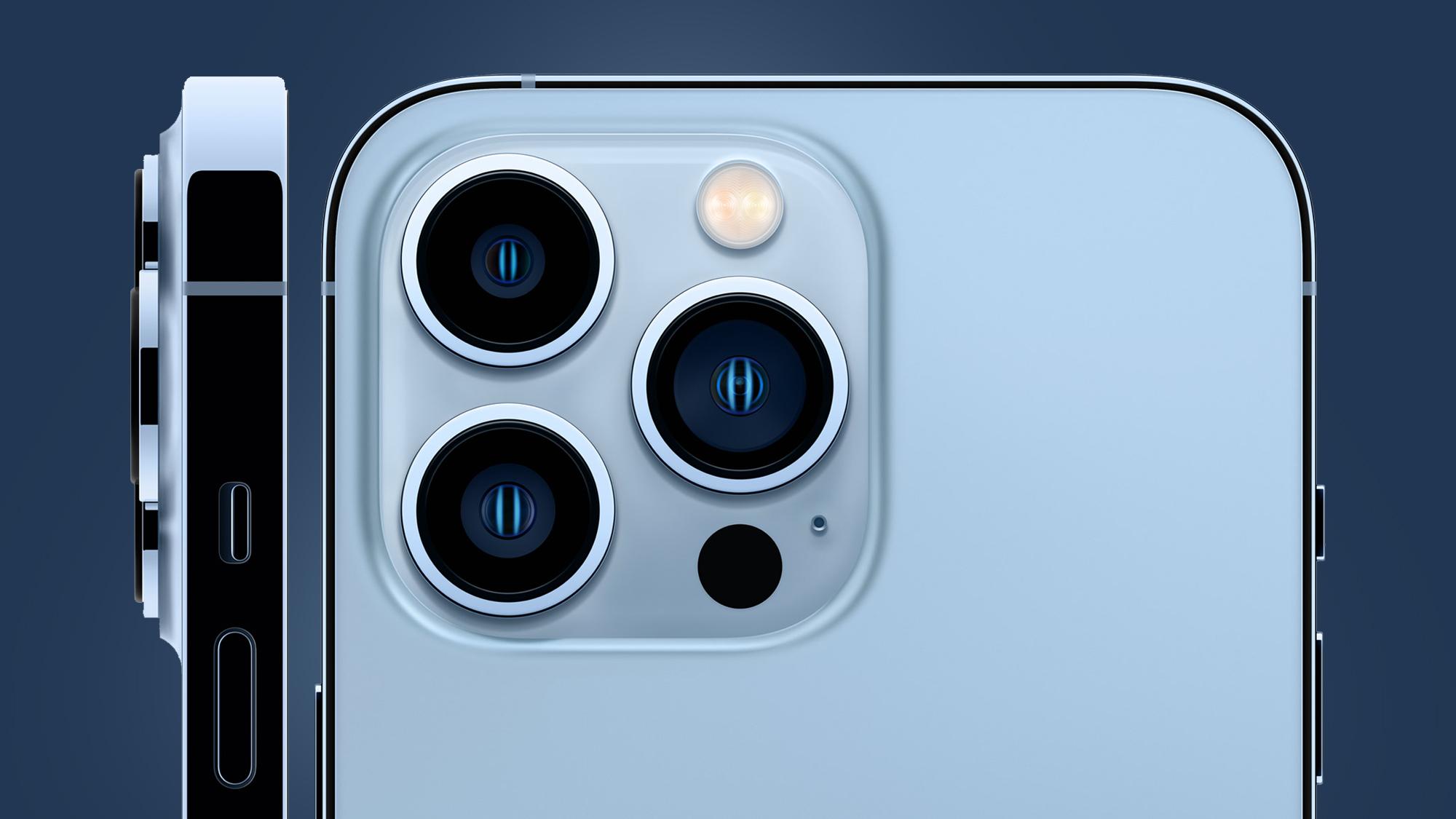 El módulo de la cámara del iPhone 13 Pro sobre un fondo azul