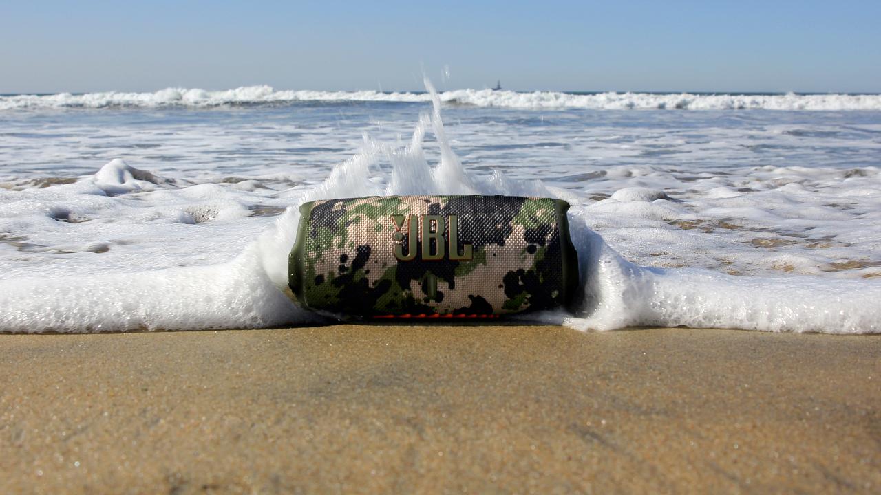 el altavoz bluetooth JBL Charge 5 en una playa