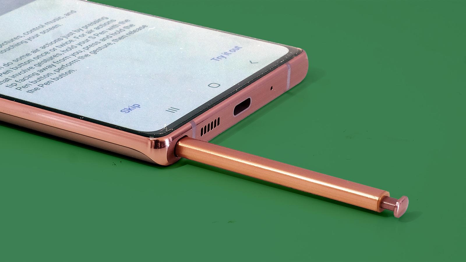 El Samsung Galaxy Note 20 con su lápiz medio insertado en la ranura