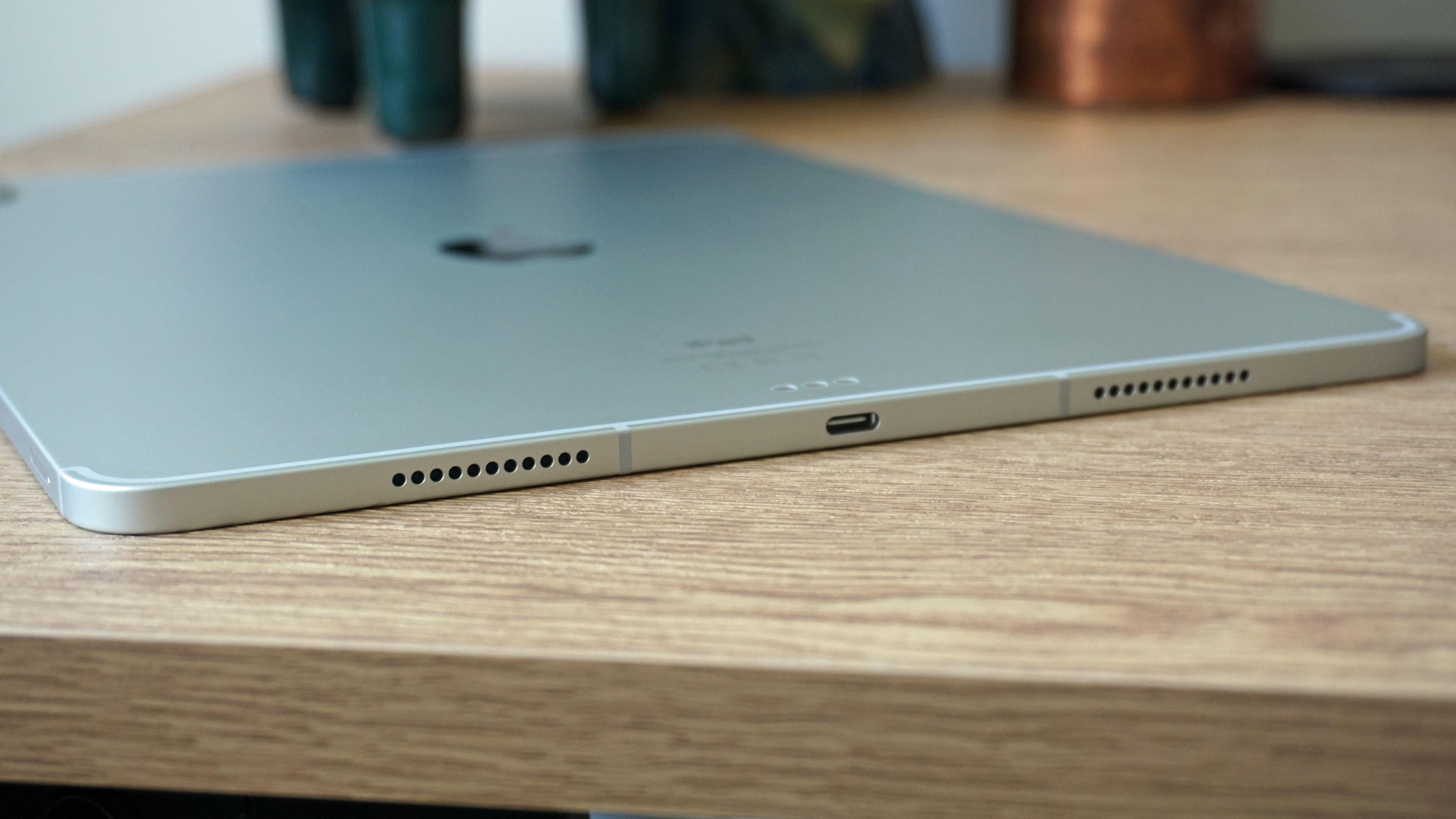 El borde inferior de un iPad Pro 12.9 (2021)